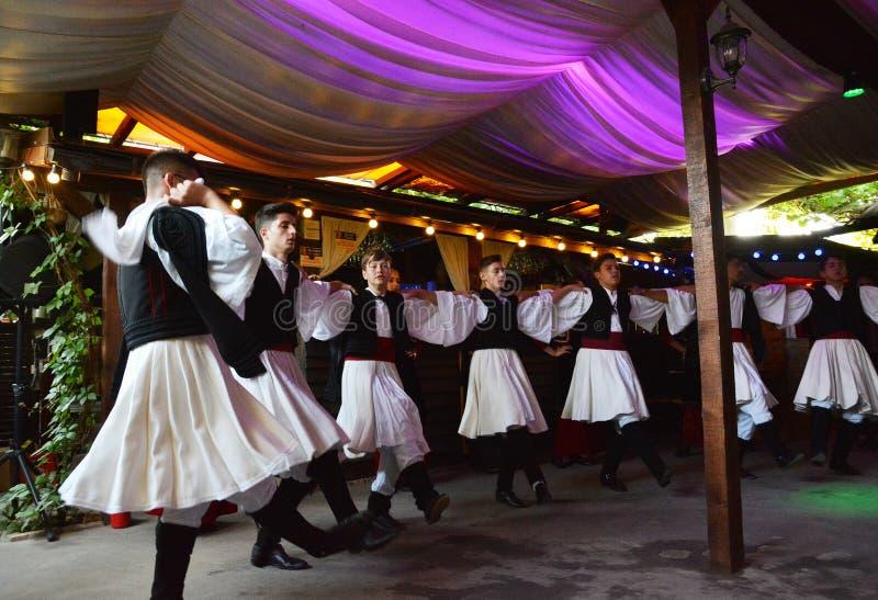 地道和地方经验在有希腊舞蹈的土气议院里 免版税库存图片