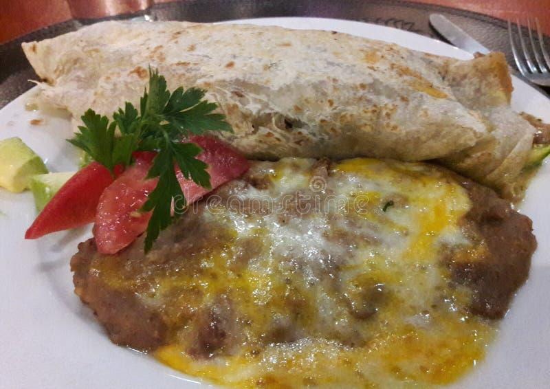 地道墨西哥餐馆素食食物用豆和乳酪-一顿典型的面卷饼Frijoles Queso晚餐在墨西哥 库存图片