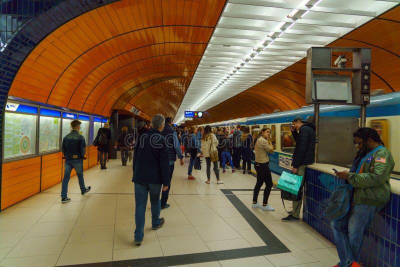 地铁和乘客在慕尼黑市 免版税库存照片