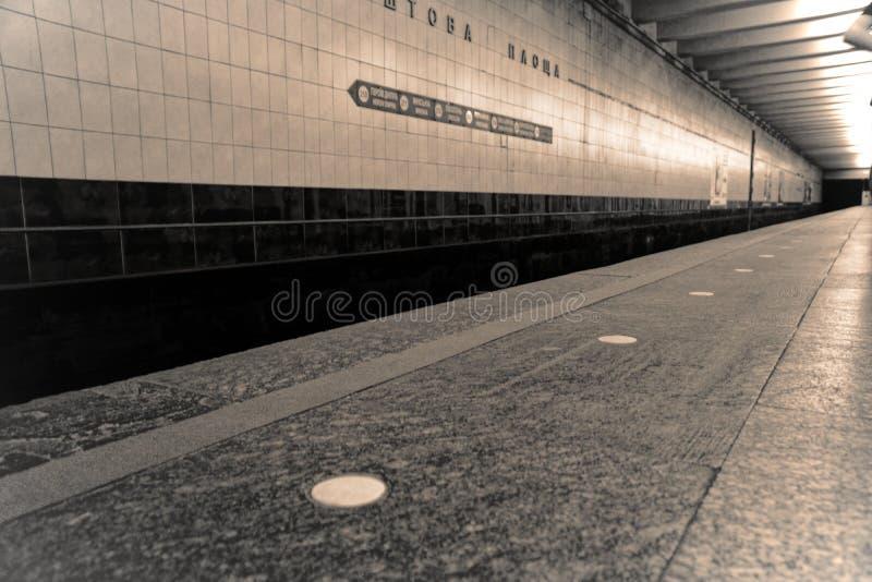 地铁平台-没有人的沈默夜,企业概念 免版税库存图片