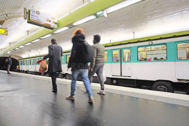 地铁火车在巴黎 免版税库存照片
