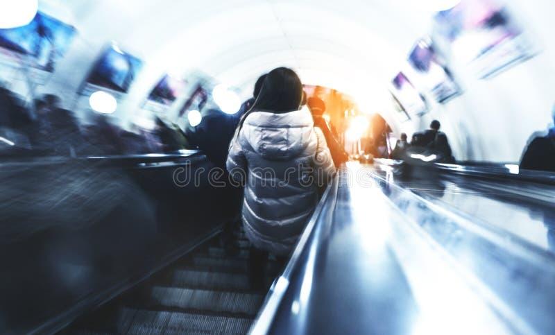 地铁的人们将嘲笑工作,商人去,被弄脏的背景 库存图片