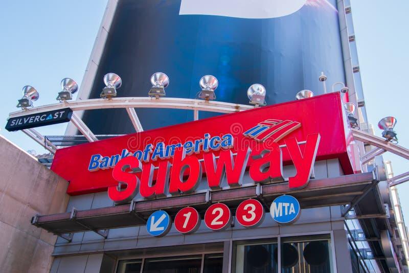 地铁签到时报广场曼哈顿,有一个美洲银行标志的纽约在它上 库存照片