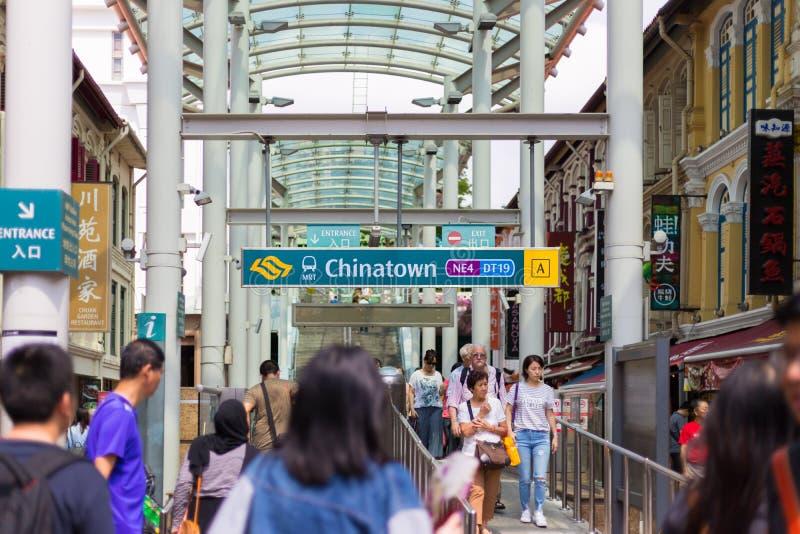 地铁MRT唐人街驻地的入口在白天的在唐人街,新加坡 免版税库存图片