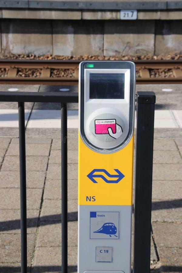 地铁RET和火车的NS卡片阅读机终端在铁路和电车驻地小室Haag Laan在Netherlan的van NOI的平台 库存图片