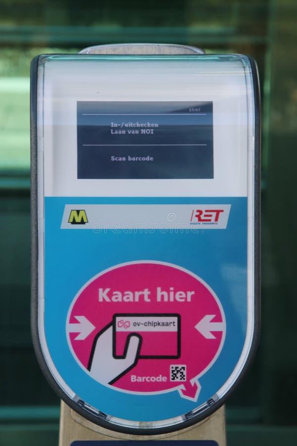 地铁RET和火车的NS卡片阅读机终端在铁路和电车驻地小室Haag Laan在Netherlan的van NOI的平台 图库摄影