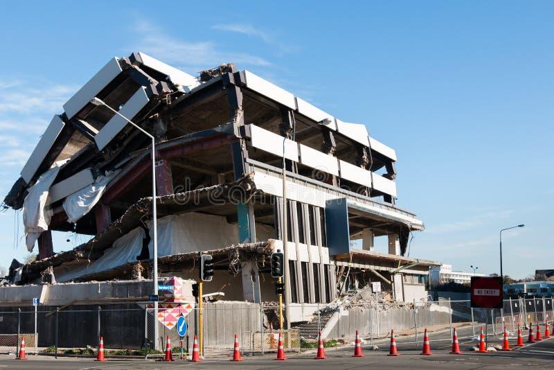 地震毁坏的多层的大厦 免版税库存照片