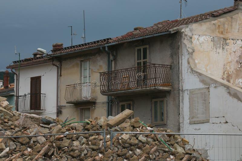 地震毁坏的议院在坎波托斯托村庄的中心 库存照片