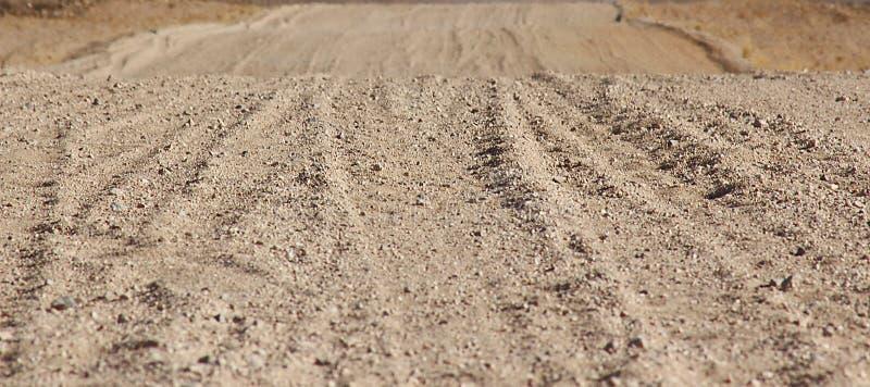 地面路通过沙漠 库存图片