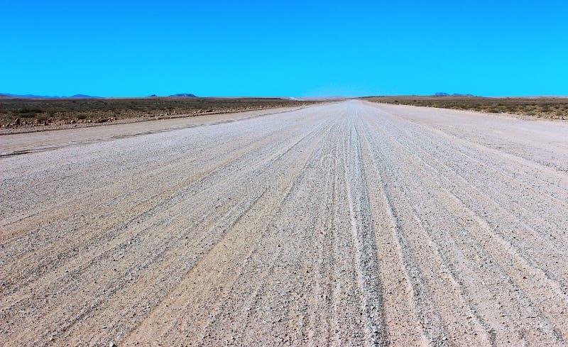地面路通过沙漠 免版税库存图片