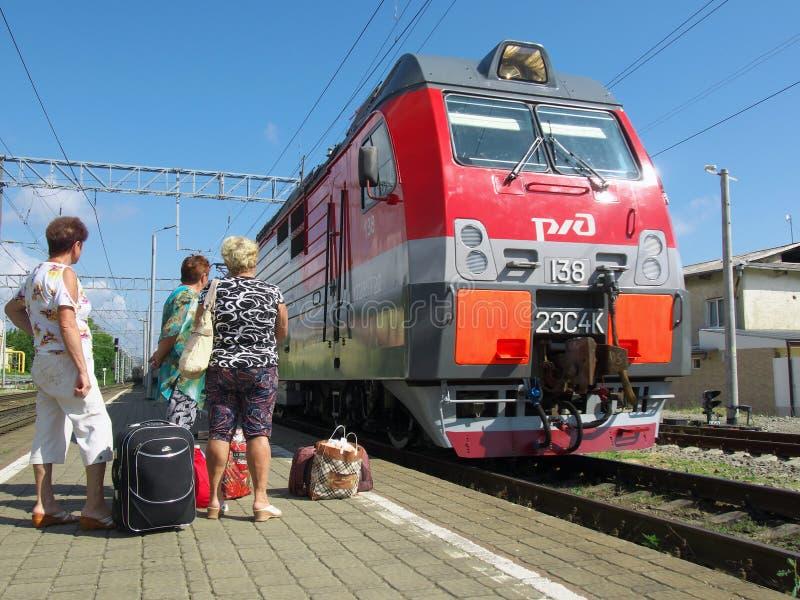 驻地Lazarevskoye Sochii的平台的乘客期待火车的到来 免版税库存图片