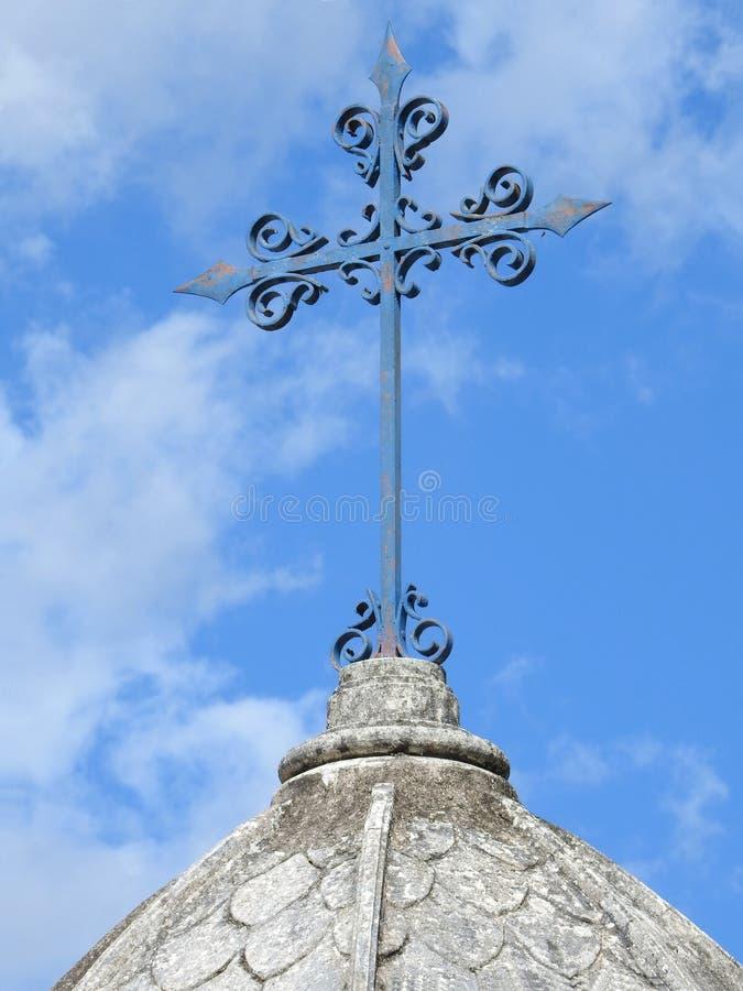 场面在坟园:一个生锈的金属十字架的特写镜头在陵墓的上面的 库存照片