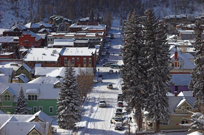 场面小的街道城镇冬天 免版税库存图片