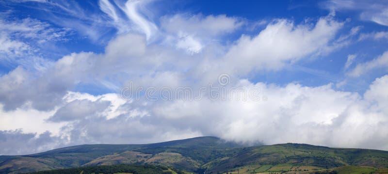 坎塔布里亚,在雷诺萨自治市附近的风景 免版税库存照片