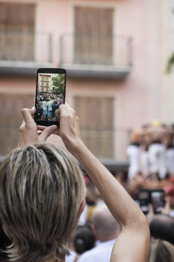 坎布里尔斯, 9月2日:人在坎布里尔斯耸立在一个地方庆祝的Castellers 2018年9月2日 免版税库存照片