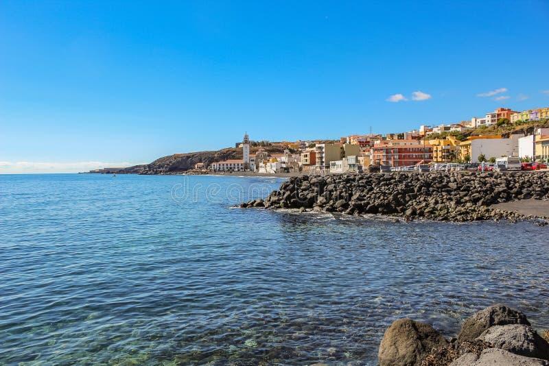 坎德拉里亚角镇有它的黑沙滩和大教堂的在背景,特内里费岛,加那利群岛,西班牙中 免版税库存图片