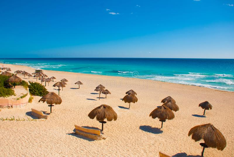坎昆墨西哥Delfines海滩热带在加勒比 免版税库存照片
