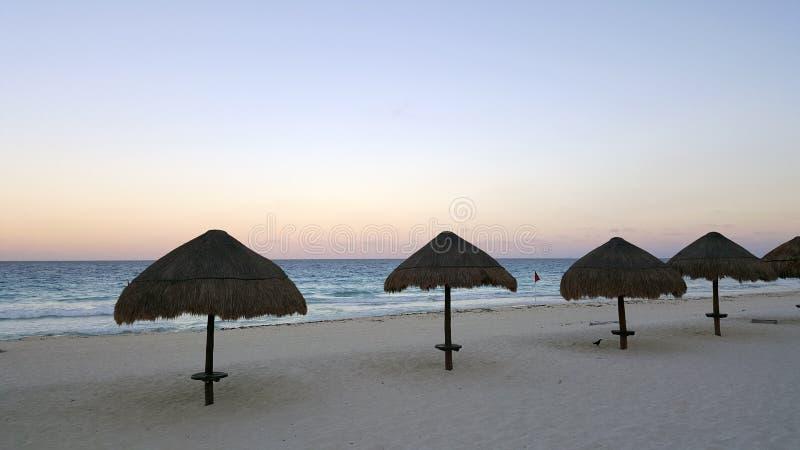 坎昆白色沙子海滩在晚上,墨西哥 图库摄影
