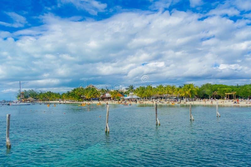 坎昆,墨西哥- 2018年1月10日:游泳在一与干净的美好的加勒比海滩isla mujeres的未认出的人民 库存图片