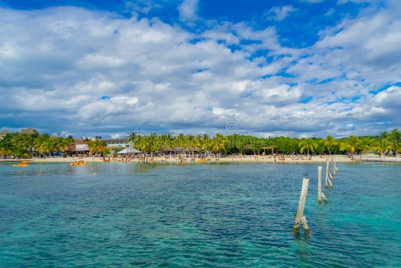 坎昆,墨西哥- 2018年1月10日:游泳在一与干净的美好的加勒比海滩isla mujeres的未认出的人民 免版税图库摄影