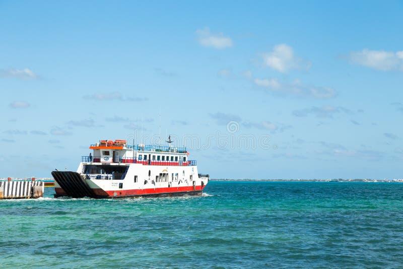 坎昆, QR,墨西哥- 2018年2月11日:Isla Mujeres离开坎昆的客船的坎昆在一个晴天 免版税库存照片