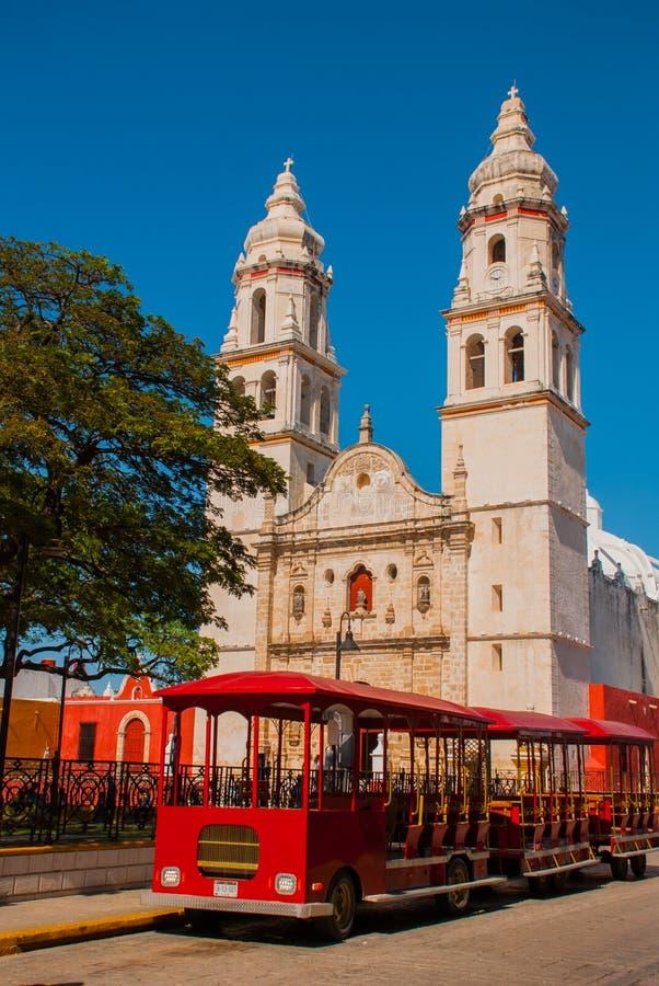 坎比其,墨西哥:独立广场、游人火车和大教堂另一边正方形 旧金山d老镇  免版税图库摄影