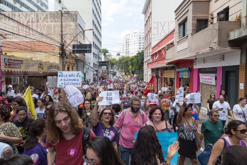 坎皮纳斯, São保罗,巴西- 2018年9月29日 NotHim反对极右派的政客的#elenão示范在巴西 免版税图库摄影