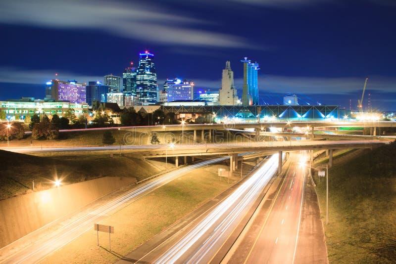 坎萨斯城地平线在晚上 库存图片