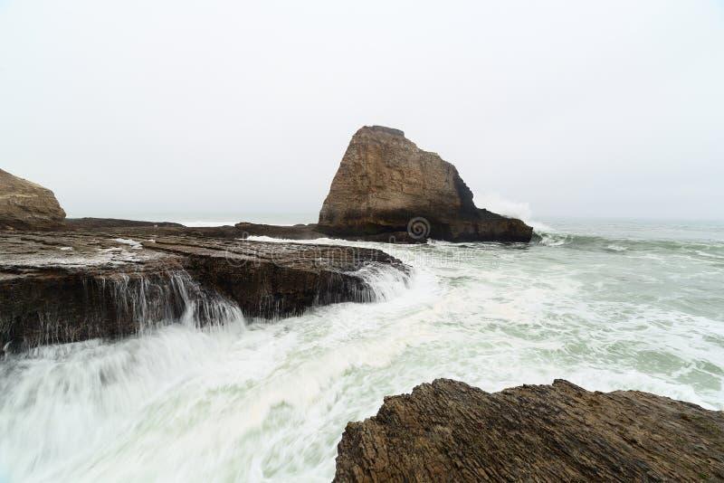 破坏在沿海岩石的海浪 库存照片