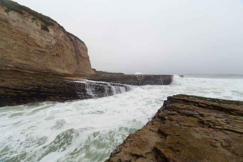 破坏在沿海岩石的海浪 免版税库存照片