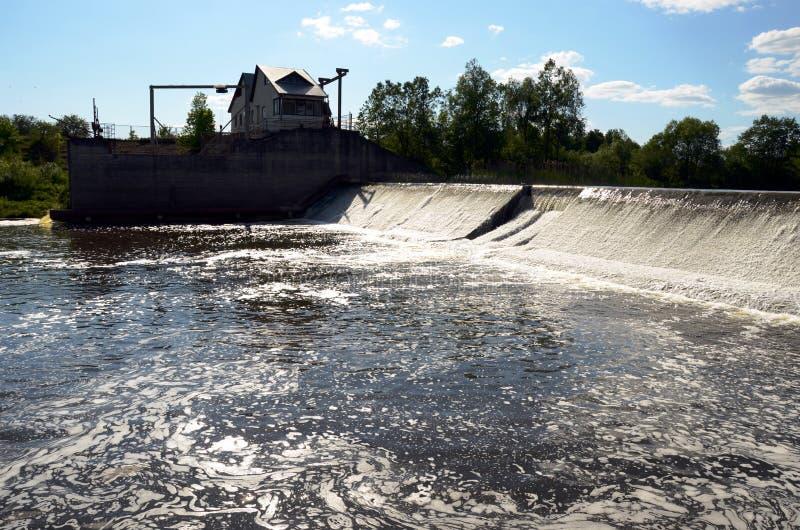 坏的发酵中的河水流量测流堰水坝堰坝 免版税库存照片