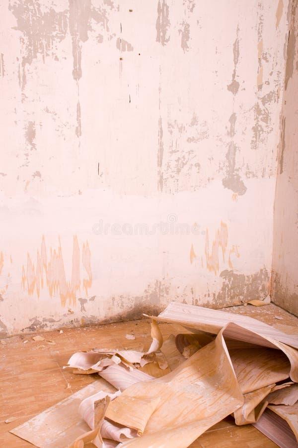 坏的楼层grunge内部老空间被撕毁的葡萄酒墙纸 难看的东西葡萄酒内部 图库摄影