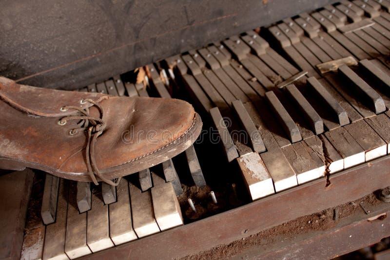 坏的皮革老钢琴鞋子 免版税图库摄影