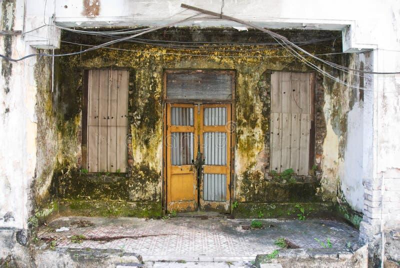 坏的腐朽的房子前面 免版税库存图片