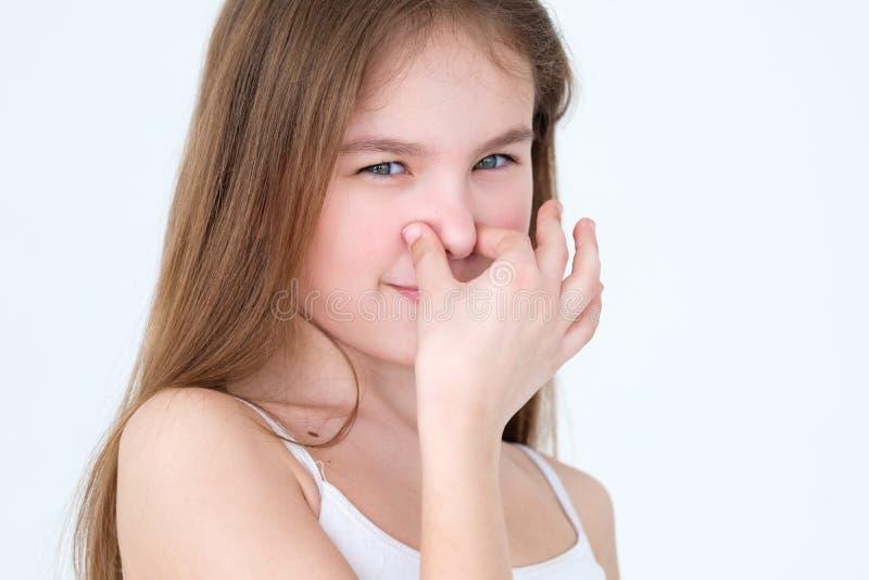 坏肮脏的气味腐败的儿童盖子鼻子表示 库存图片