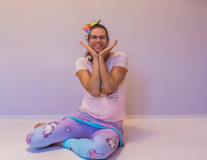 坐一个甜姿势的LGBT真正地逗人喜爱的变性女孩 免版税库存照片