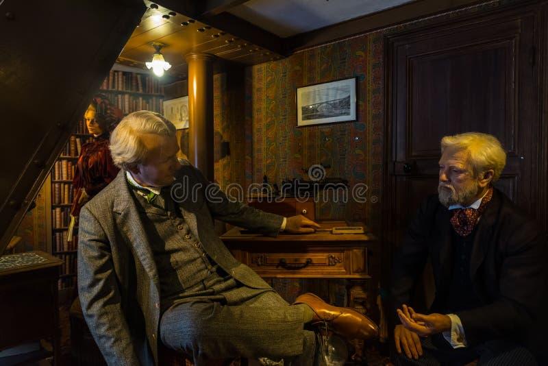 坐与托马斯・爱迪生一起的居斯塔夫・埃菲尔办公室 免版税图库摄影