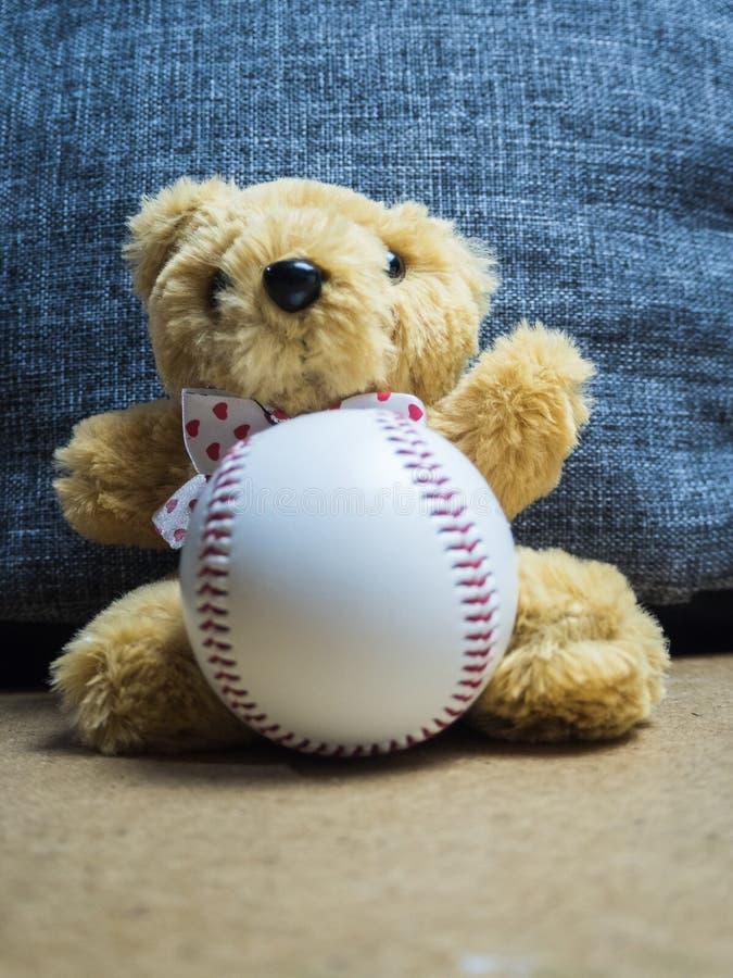 坐与棒球球的玩具熊 库存照片
