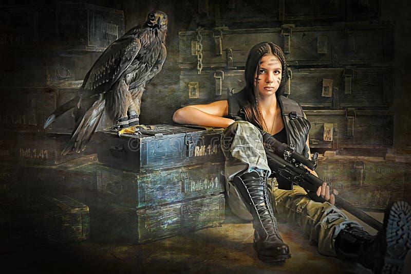坐与步枪的青少年的女孩 免版税库存图片