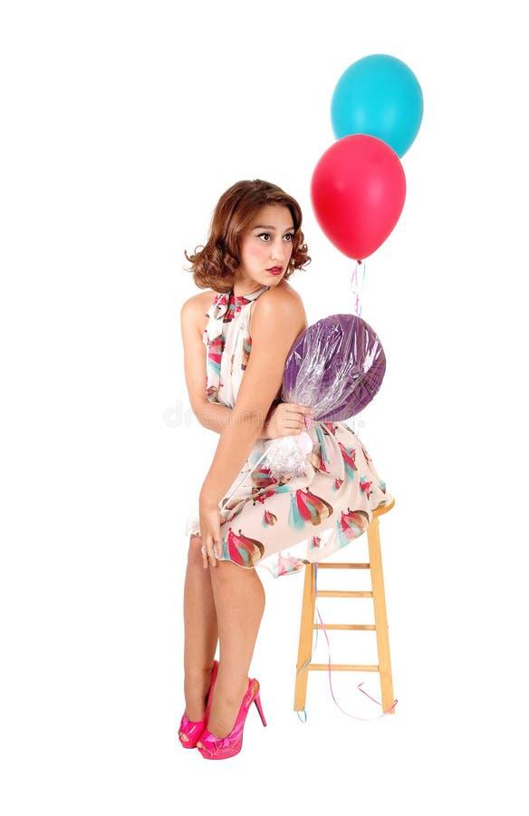 坐与气球的愉快的妇女 库存照片