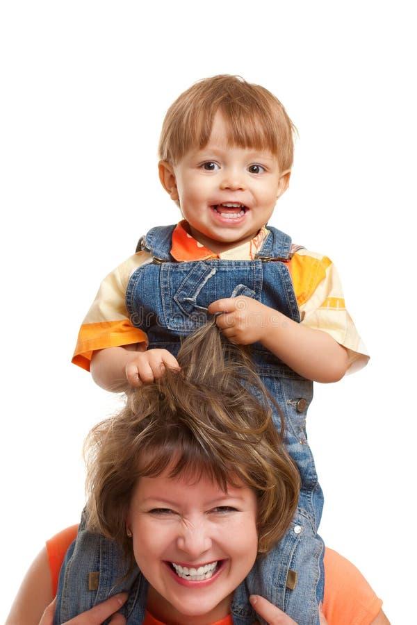 坐儿子的母亲肩膀 库存照片