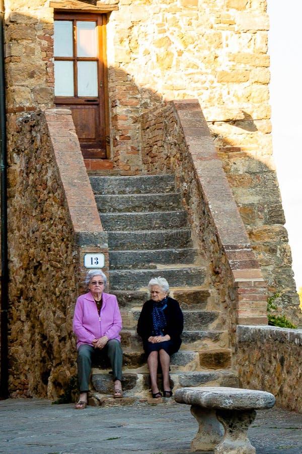 坐台阶意大利的老wimen 免版税库存照片