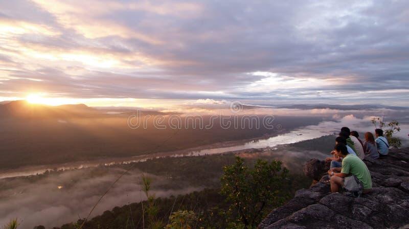 坐和看日出的人们峡谷 库存照片