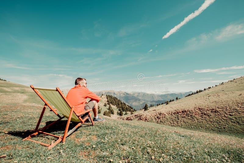 坐在一个绿色吊床的人 免版税库存照片
