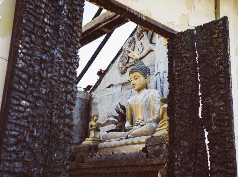坐在一个老火被毁坏的寺庙的菩萨在Pai对泰国的北部 亚洲旅行 图库摄影