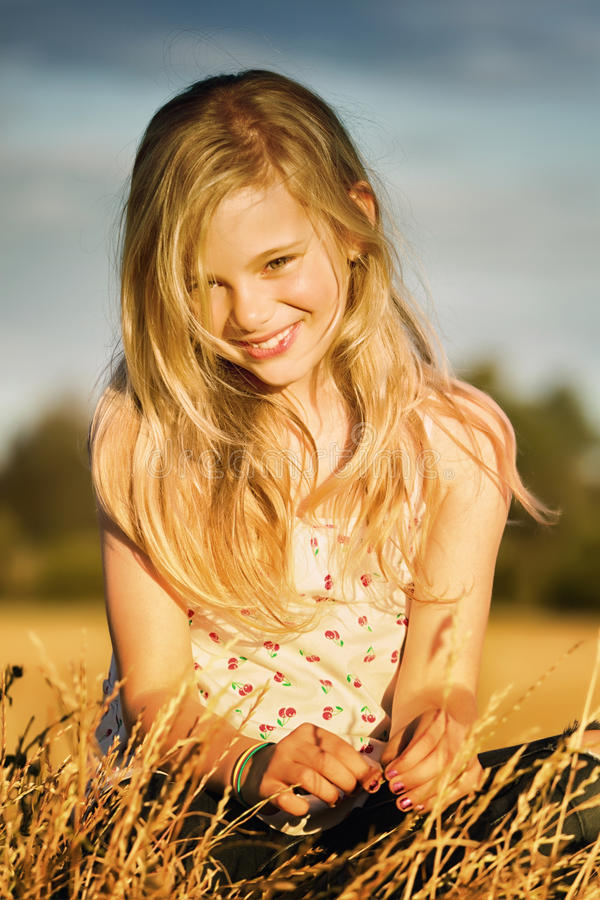 微笑的女孩在草甸 库存图片