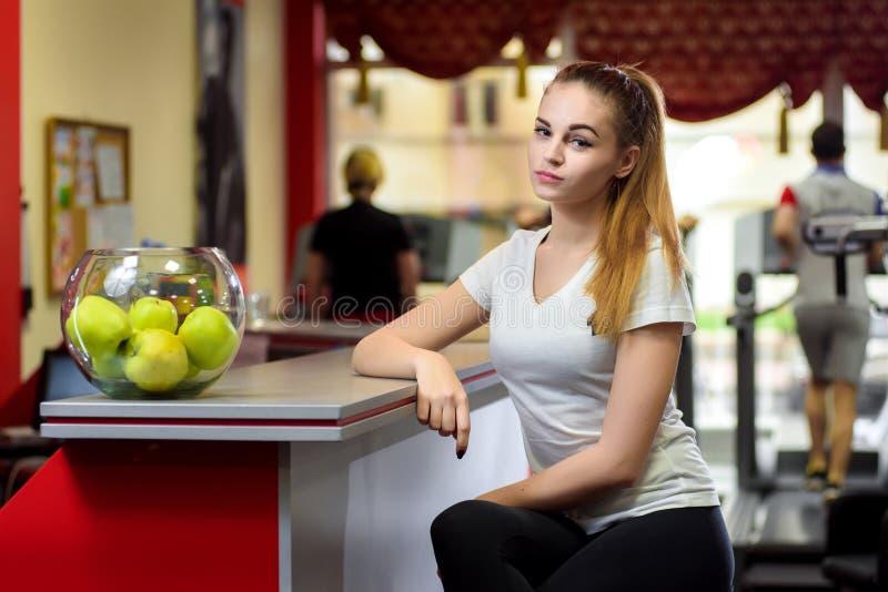 坐在一碗的女孩新鲜的绿色苹果附近 库存图片