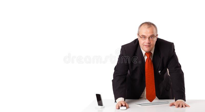 坐在与复制空间的服务台的生意人 库存照片