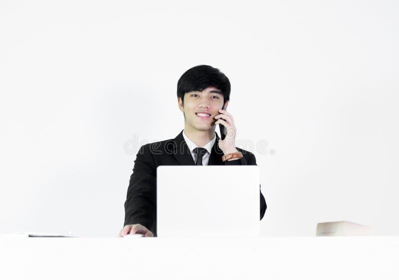坐在书桌和工作的亚洲经理商人,被隔绝 库存照片