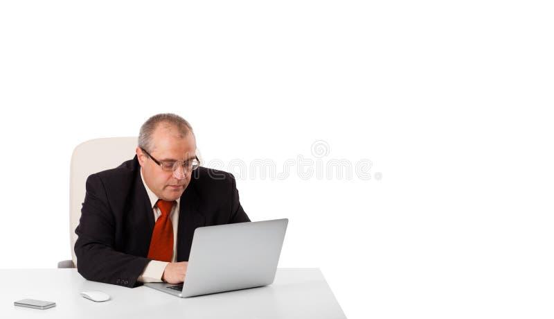 Download 坐在书桌和看有拷贝空间的Buisnessman膝上型计算机 库存照片 - 图片 包括有 人员, 电话: 62526678